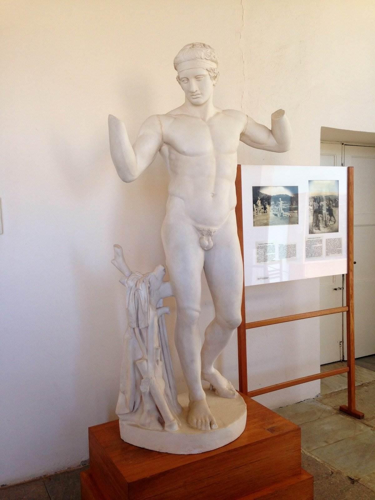 greek ruins statue